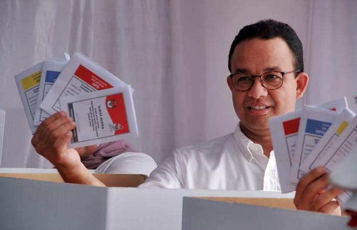 Gubernur DKI Jakarta Anies Baswedan memerlihatkan surat suara di TPS 60 Cilandak Barat, Lebak Bulus, Jakarta (17/4/2019). - Bisnis/Triawanda Tirta Aditya