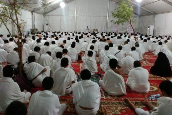 Jamaah haji khusuk berdoa di dalam tenda wukuf Arafah. - Istimewa/Kemenag