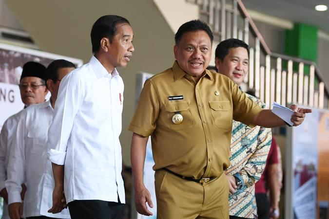 Presiden Joko Widodo (kiri) berbincang dengan Gubernur Sulawesi Utara Olly Dondokambey (kanan) saat meresmikan proyek Kawasan Ekonomi Khusus (KEK) di Bandara Sam Ratulangi, Manado, Sulawesi Utara, Senin (1/4/2019). - ANTARA/Wahyu Putro A