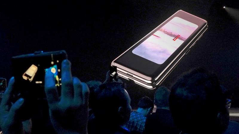 Ponsel Samsung Galaxy Fold dipamerkan di layar dalam acara Samsung Electronics Unpacked di San Fransisco, Amerika Serikat pada 20 Februari 2019. - REUTERS/Stephen Nellis