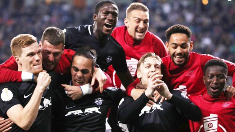 Para pemain RB Leipzig merayakan kelolosan mereka ke final Piala Jerman. - Twitter@DFBPokal