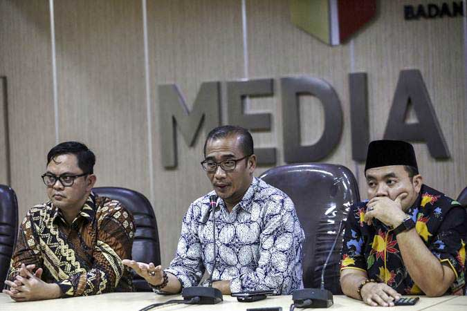 Komisioner Bawaslu Muhammad Afifudin (kanan) bersama Komisioner KPU Hasyim Asyari (tengah) dan Viryan Azis menjawab pertanyaan dari wartawan terkait dugaan surat suara tercoblos di Malaysia, di media center Bawaslu RI, Jakarta, Kamis (11/4/2019). - ANTARA/Nova Wahyudi