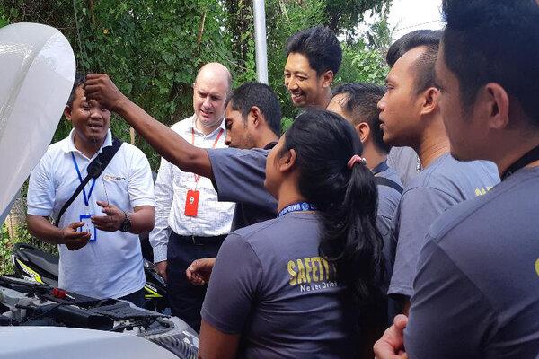 Presiden Direktur Diageo Indonesia Christophe Beau (kedua kiri) menyaksikan pelatihan mengemudi defensif untuk menyebarluaskan sikap minum yang bertanggungjawab melalui program Dont Drink and Drive', Selasa (23/4/2019). - Bisnis/Ema Sukarelawanto