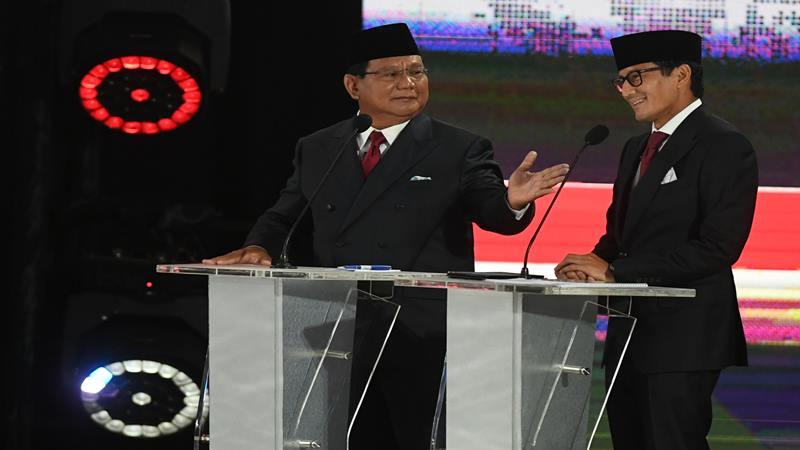 Pasangan nomor urut 02 Prabowo Subianto dan Sandiaga Uno mengikuti debat kelima Pilpres 2019 di Hotel Sultan, Jakarta, Sabtu (13/4/2019). Debat kelima tersebut mengangkat tema Ekonomi dan Kesejahteraan Sosial, Keuangan dan Investasi serta Perdagangan dan Industri. - Antara