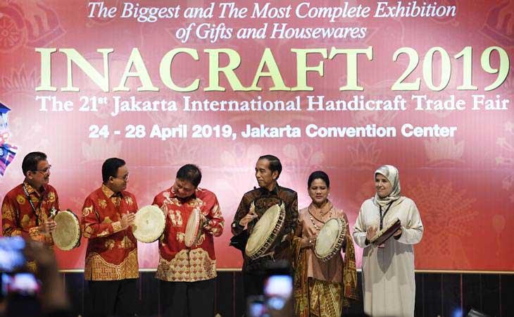 Presiden Joko Widodo (ketiga kanan) didampingi Ibu Negara Iriana Joko Widodo (kedua kanan), Menteri Perindustrian Airlangga Hartarto (ketiga kiri) dan Gubernur DKI Jakarta Anies Baswedan (kedua kiri) membuka pameran International Handicraft Trade Fair (Inacraft) 2019 di Jakarta, Rabu (24/4/2019). - ANTARA/Puspa Perwitasari
