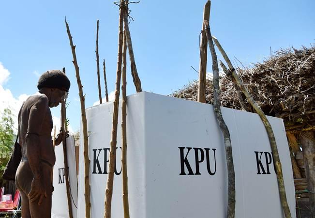 Warga memasuki bilik suara saat akan memberikan hak suaranya pada Pemilu 2019 di Distrik Kurulu Wamena, Jayawijaya, Papua, Rabu (17/4/2019). - ANTARA/Yusran Uccang