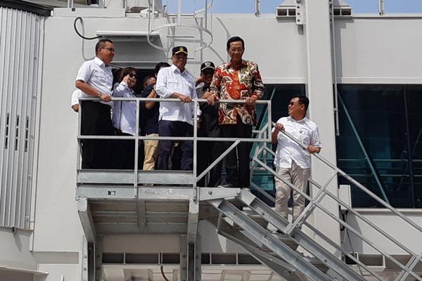 Sri Sultan Hamengkubuwono X (kedua kanan) bersama Menhub Budi Karya Sumadi (ketiga kanan) saat meninjau pembangunan New Yogyakarta International Airport di Wates, Kab. Kulon Progo, DIY, Rabu (24/4/2019). - Bisnis/Sri Mas Sari