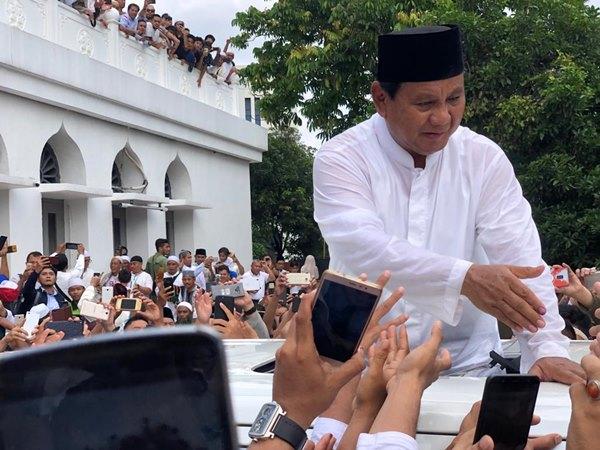 Prabowo Subianto usai melakukan Salat Jumat di Masjid Al-Azhar Kebayoran Baru Jakarta Selatan, Jumat (19/4/2019). - Bisnis / Sholahuddin Al Ayyubi