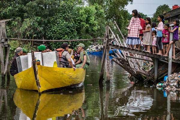 Petugas KPPS mendapat pengawalan personel TNI-POLRI saat pendistribusian kotak suara dan bilik suara Pilkada Jateng 2018 menggunakan perahu menuju TPS di Dusun Gojoyo, Wedung, Demak, Jawa Tengah, Selasa (26/6/2018). - ANTARA/Aji Styawan
