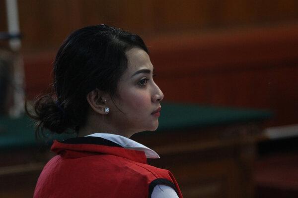 Terdakwa kasus dugaan penyebaran konten asusila Vanessa Angel menjalani sidang perdana di Pengadilan Negeri (PN) Surabaya, Jawa Timur, Rabu (24/4/2019). Sidang tersebut beragendakan pembacaan dakwaan oleh Jaksa Penuntut Umum (JPU). - Antara/Moch Asim