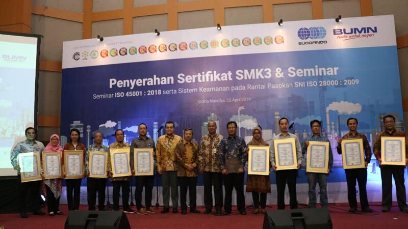 Direksi Sucofindo berfoto bersama selepas menyerahkan sertifikat SMK3 kepada 20 perusahaan. - Bisnis/Ranu Arasyki