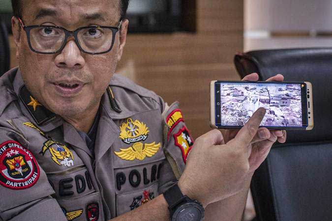 Karopenmas Divisi Humas Polri Dedi Prasetyo menunjukkan lokasi meledaknya bom, di Sibolga, di Mabes Polri, Jakarta, Rabu (13/3/2019). - ANTARA/Aprillio Akbar