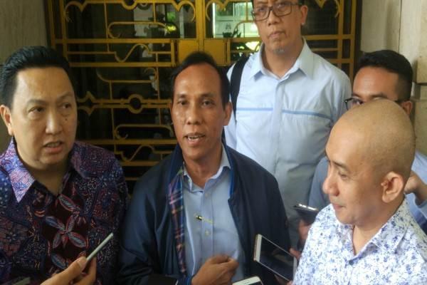 Direktur PLN Supangkat Iwan Santoso (tengah) saat memberikan keterangan kepada wartawan, tampak Presiden Direktur Adaro Energy Tbk. Garibaldi Thohir (kiri) dan Direktur Eksekutif APBI (Hendra Sinadia (kanan). - Bisnis/Lucky L. Leatemia