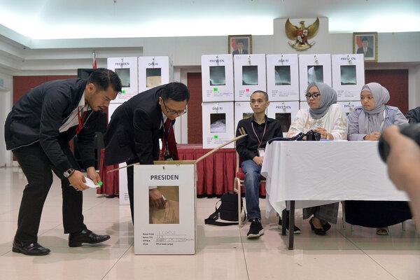 Ketua PPLN KL/ Korfung Pensosbud Agung Caahaya Sumirat (kedua kiri) mengambil dokumen saat Rapat Pleno Pemilu 2019 PPLN KL di KBRI, Kuala Lumpur, Malaysia, Minggu (22/4/19) malam. Rekapitulasi perolehan suara Pemilu 2019 Kuala Lumpur saat ini sebanyak 199.567 surat suara. - Antara/Rafiuddin Abdul Rahman