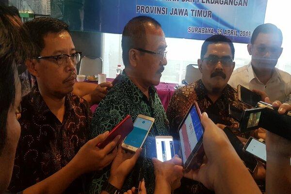 Kepala Bulog Divre Jatim Muhammad Hasyim (kiri) seusai menghadiri Rapat Koordinasi Hari Besar Keagamaan Nasional (HBKN) di Surabaya, Kamis (25/4/2019). - Bisnis/Peni Widarti