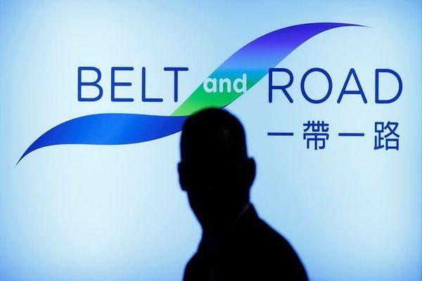 Seorang pengunjung melewati panggung Belt and Road Summit di Hong Kong, pada 18 Mei 2016. - Reuters/Bobby Yip