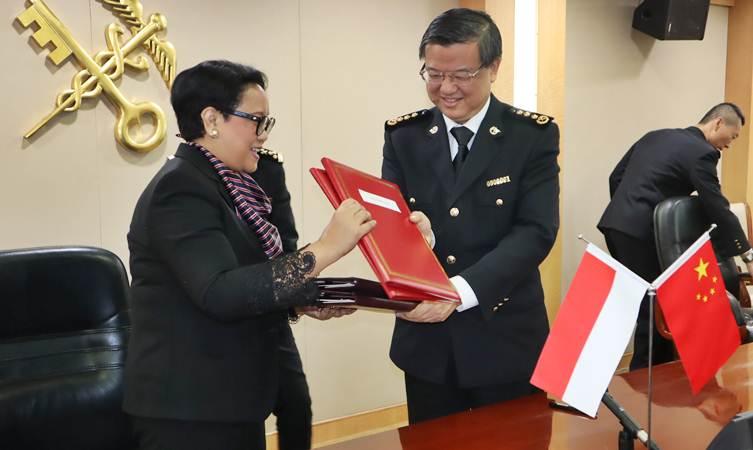 Menteri Luar Negeri Retno LP Marsudi (kiri) dan Menteri Bea Cukai China Ni Yue Feng bertukar naskah protokol impor manggis dari Indonesia yang ditandatangani di Beijing, Kamis (25/4/2019). - ANTARA/M. Irfan Ilmie