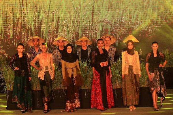 Festival Kebaya untuk memperingati hari Kartini. - Antara/Budi Candra Setya