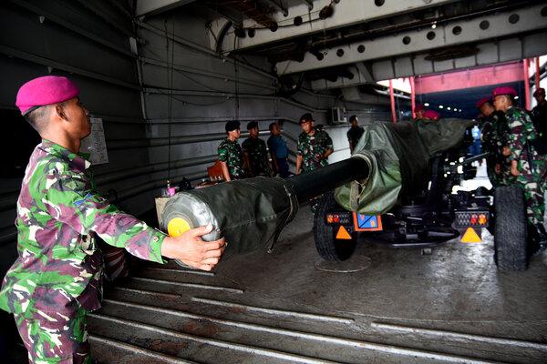 Sejumlah prajurit Korps Marinir berusaha mengikat meriam Howitzer 105 mm ketika proses embarkasi melalui pintu rampa KRI Teluk Amboina di Dermaga Kolinlamil, Tanjung Priok, Jakarta, Rabu (10/4/2019). Kegiatan yang diikuti 200 prajurit Satuan Lintas Laut Militer (Satlinlamil) tersebut merupakan rangkaian dari latihan embarkasi dan debarkasi personel dan material tempur TNI AL dalam mendukung latihan gabungan TNI AL Armada Jaya 2019. - Antara/M Risyal Hidayat