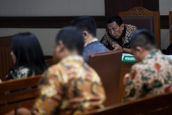 Terdakwa kasus suap dana hibah Komite Olahraga Nasional Indonesia (KONI) Ending Fuad Hamidy (kedua kanan) mengikuti sidang lanjutan di Pengadilan Tipikor, Jakarta, Kamis (25/4/2019)/ANTARA FOTO-Akbar Nugroho Gumay - ama.