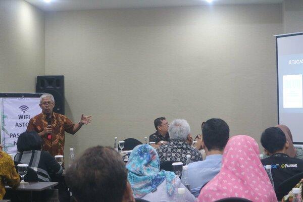 Wakil Ketua Dewan Pers, Ahmad Djauhar (berdiri kiri) memaparkan materi dalam Workshop Peliputan Pemilihan Legislatif dan Pemilihan Presiden 2019 di Hotel Aston Inn, Jl. Pandanaran, Kota Semarang, Kamis (25/4/2019). - JIBI
