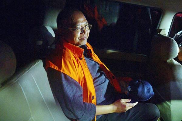 Bupati Malang, Jawa Timur, Rendra Kresna dengan rompi tahanan berada di dalam mobil tahanan usai diperiksa di kantor KPK, Jakarta, Senin (15/10/2018). - ANTARA/Sigid Kurniawan