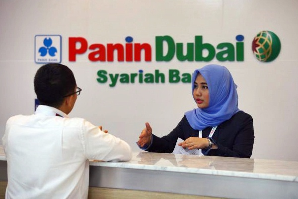 Karyawati melayani nasabah di kantor Bank Panin Dubai Syariah di Jakarta. - JIBI/Dwi Prasetya