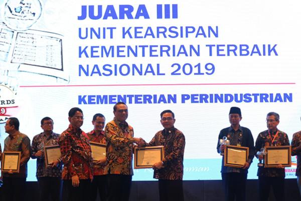 Penyerahan penghargaan kepada pemenang ANRI Award 2019, Kamis (25/4/2019). - Kemenperin
