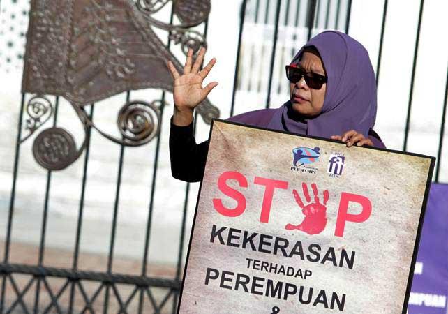 Aktivis perempuan membawa poster pada aksi unjuk rasa memperingi hari perempuan sedunia 2019 di Banda Aceh, Aceh, Jumat (8/3/2019). - ANTARA/Irwansyah Putra