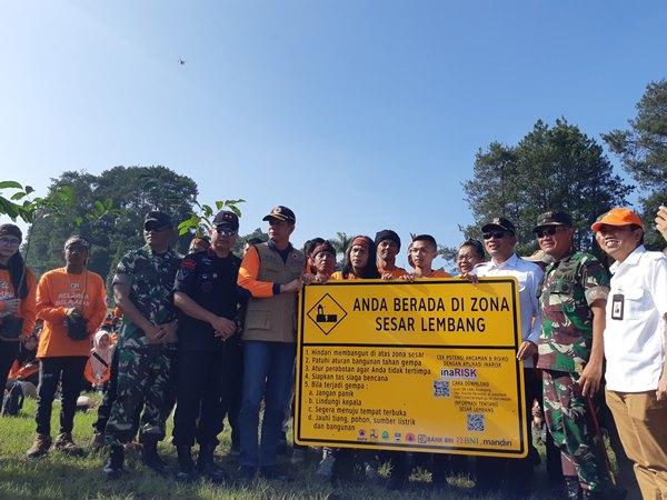 Kepala BNPB Doni Munardo (ketiga kiri) bersama Gubernur Jawa Barat Ridwan Kamil memberikan rambu-rambu terkait potensi bencana Sesar Lembang kepada relawan, pada puncak HKB 2019, di Lembang Bandung, Jawa Barat, Jumat (26/4/2019) - Bisnis/Agne Yasa