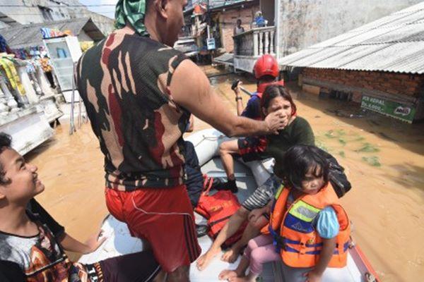 Petugas Damkar mengevakuasi warga terdampak banjir di kawasan Rawajati, Jakarta Selatan, Jum'at (26/4/2019)./ANTARA FOTO/Indrianto Eko Suwarso - aww.