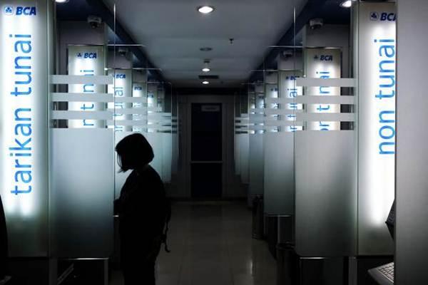 Nasabah melakukan transaksi di mesin ATM Bank BCA di Jakarta. - JIBI/Felix Jody Kinarwan
