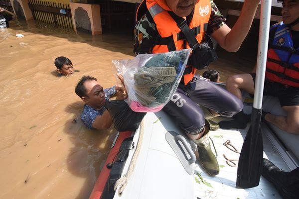 Petugas Damkar mengevakuasi warga terdampak banjir di kawasan Rawajati, Jakarta Selatan, Jum'at (26/4/2019). Banjir akibat curah hujan yang tinggi di kawasan Bogor itu mengakibatkan ratusan rumah di enam RT Kelurahan Rawajati terendam hingga mencapai ketinggian empat meter dan sejumlah warga diungsikan. ANTARA FOTO/Indrianto Eko Suwarso - aww.
