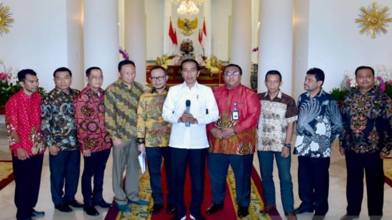 Presiden Joko Widodo menyampaikan keterangan bersama pimpinan serikat pekerja. - Antara