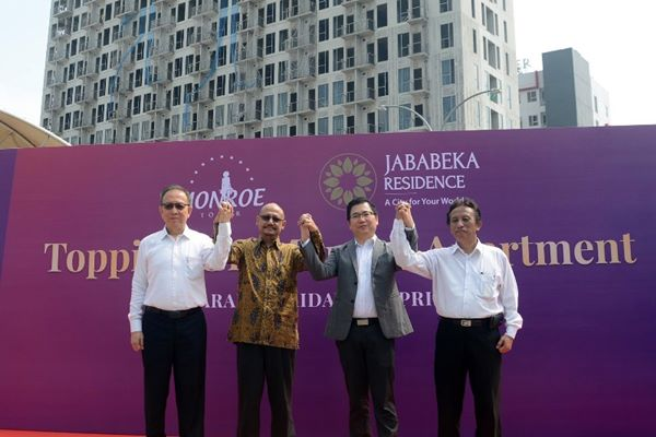 (Kiri Kanan) Managing Director Jababeka Residence Lim Seng Bin, Director Jababeka Residence Awanu Alfan, GM Corporate Marketing Jababeka Residence Handoyo Lim, dan Head of Construction Jababeka Residence Ari Balistiarso saat melakukan prosesi Topping Off.