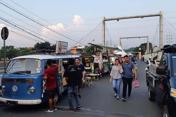 Sebanyak 60 food truck ikut ambil bagian dalam Food Truck Festival 2019 Kuliner Pinggir Kali di Taman Pleret Banjir Kanal Barat, Semarang, pada 2628 April 2019. - Bisnis/Yudi Supriyanto