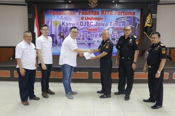 Direktur PT Adiputro Wirasejati David Jethrokusumo (kiri) tengah menerima fasilitas KITE yang disampaikan Kakanwil DJBC Jatim II Agus Hermawan (kanan) di Malang, 9 April lalu. - Istimewa
