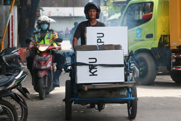 Polisi mengawal tukang becak yang mengangkut logistik hasil Pemilu 2019 di Jalan Tambak Sari, Surabaya, Jawa Timur, Kamis (18/4/2019). Setelah dilakukannya penghitungan suara di setiap Tempat Pemungutan Suara (TPS), Logistik Pemilu 2019 didistribusikan kembali dari TPS ke Panitia Pemilihan Kecamatan (PPK) untuk disimpan. - ANTARA FOTO/Didik Suhartono