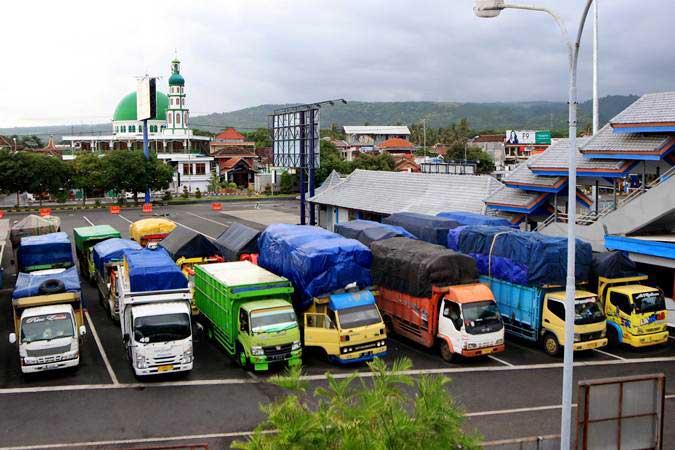 Truk pengangkut logistik parkir di Pelabuhan Ketapang, Banyuwangi, Jawa Timur, Kamis (7/3/2019). - ANTARA/Budi Candra Setya
