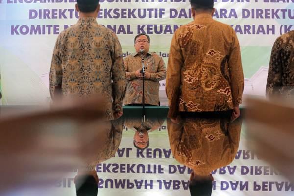Menteri Perencanaan Pembangunan Nasional/Kepala Bappenas Bambang Brodjonegoro (tengah) memberikan sambutan, usai pelantikan Direktur Eksekutif dan Direktur Komite Nasional Keuangan Syariah (KNKS) di Jakarta, Kamis (3/1/2019). - Bisnis/Felix Jody Kinarwan