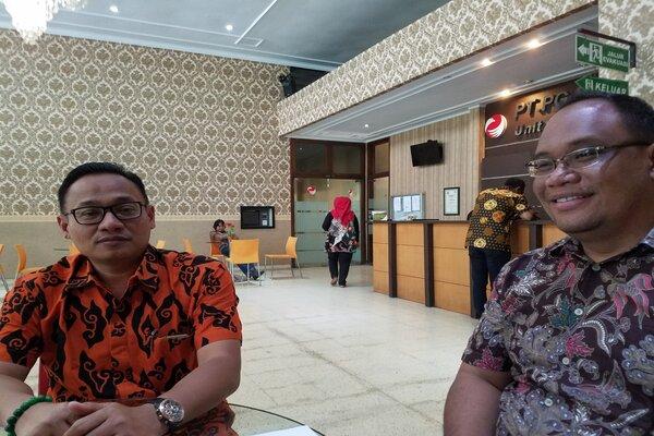 GM PG Krebet Baru Adang Sukendar Djuanda (kiri) bersama Kabag SDM dan Umum PG Krebet Baru Erys Samiaji (kanan) di Malang, Jumat (26/4/2019). Bisnis - Choirul Anam