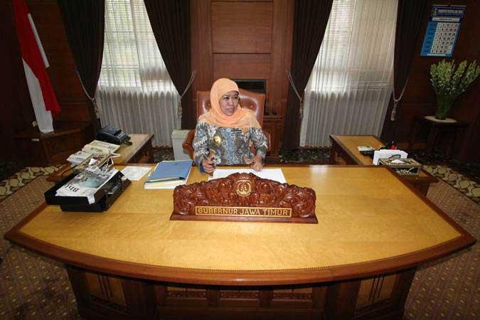 Gubernur Jawa Timur Khofifah Indar Parawansa beraktivitas di ruang kerjanya di kompleks Kantor Gubernur Jatim di Surabaya, Jawa Timur, Jumat (15/2/2019). - ANTARA FOTO/Moch Asim