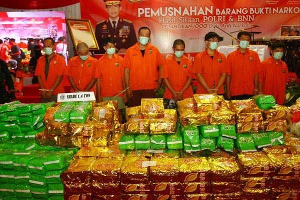 Ilustrasi - Petugas Kepolisian menunjukkan barang bukti kejahatan narkoba dan pelaku sebelum dimusnahkan di kawasan Bandara Soekarno Hatta, Tangerang, Banten, Selasa (15/8). Barang haram senilai Rp2 triliun berupa 284 kg sabu tangkapan BNN, 1,4 ton sabu dari Polda Metro Jaya serta 1,2 juta pil ekstasi dari Bareskrim dimusnahkan dengan cara dibakar dalam tungku incenerator. - ANTARA/Muhammad Iqbaal