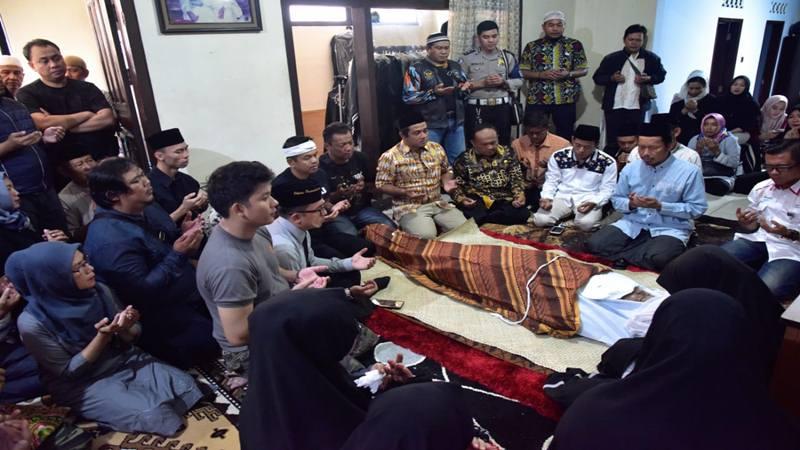 Ketua DPD Partai Golkar Jawa Barat Dedi Mulyadi melayat almarhum H Dani Kardana, anggota Polres Purwakarta di Kelurahaan Sindangkasih, Purwakarta, Jumat (26/4/2019) malam. - Istimewa