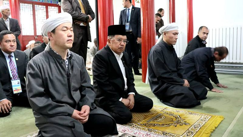 Wakil Presiden Jusuf Kalla Salat Jumat di Masjid Kuno Dongzhimen Beijing, Jumat (26/4/2019). - Dok. Setwapres