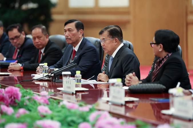 Wakil Presiden Jusuf Kalla (kedua kanan) memimpin delegasi Indonesia melakukan pertemuan bilateral dengan Presiden China Xi Jinping (tidak tampak) dan jajaran pejabat pemerintah setempat di Balai Agung Rakyat, Beijing, Kamis (25/4/2019). - Reuters
