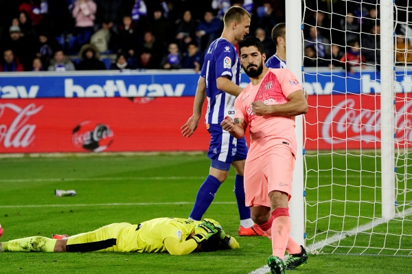 Penyerang Barcelona Luis Suarez merayakan gol kedua dalam laga menghadapi Depotivo Alaves - REUTERS/Vincent West