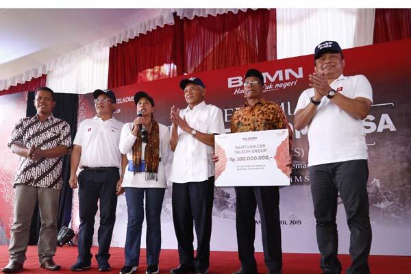 Menteri BUMN Rini M Soemarno didampingi Bupati Sleman Sri Purnomo (ketiga kanan), Direktur Utama Telkom Alex Sinaga (kedua kanan), dan Direktur Utama Telkomsel Ririek Adriansyah (kanan). - Istimewa