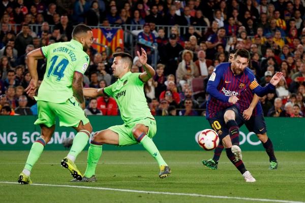 Lionel Messi mencetak gol pengunci juara La Liga Spanyol dalam pertandingan Barcelona vs Levante di Camp Nou, Minggu (28/4/2019) dini hari WIB - Reuters/Albert Gea