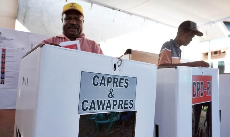 Warga menyalurkan hak politiknya pada Pemilu 2019 di TPS 06, Kelurahan Timika Jaya, Kabupaten Mimika, Papua, Rabu (17/4/2019). - ANTARA/Speedy Paereng